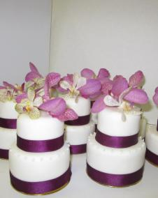 mini cakes with orchids