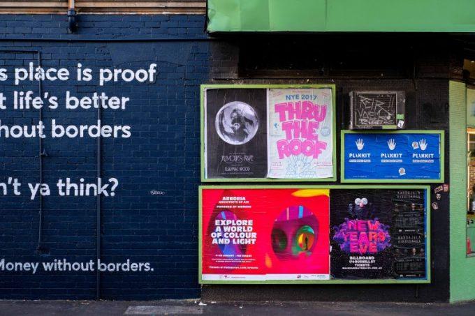 cara membuat poster, poster di dinding