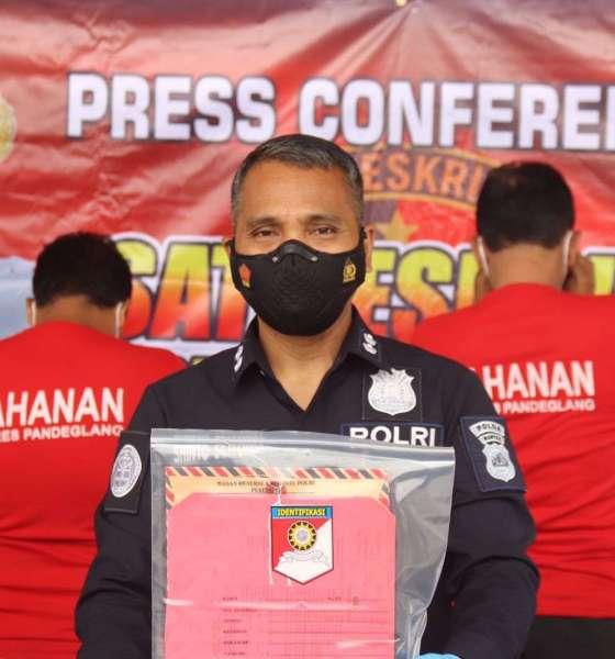 Mantan Kepala Desa (Kades) Sodong, Kecamatan Saketi, Kabupaten berinisial SJ (54) dan anaknya berinisial YP (29)