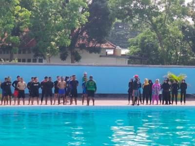 Tim penyelamat saat melakukan latihan