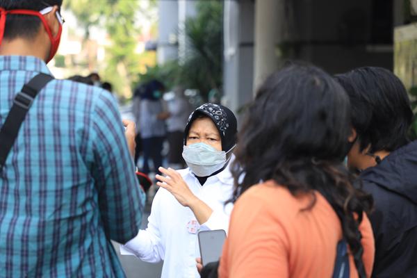 Wali Kota Surabaya, Tri Rismaharini saat melakukan wawancara dengan media