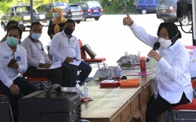 Wali Kota Surabaya saat menggelar vidcon bersama para distributor di halaman balai kota Kamis Siang