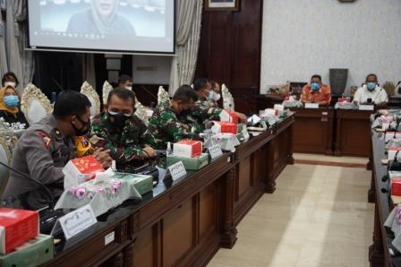Plt Wali Kota Surabaya Whisnu Sakti Buana saat memimpin rapat Koordinasi di ruang rapat wali Kota Surabaya Kamis (07/01)