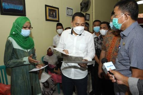 Wali Kota Eri Cahyadi saat melayani warga dikantor kelurahan