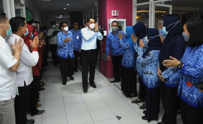 Wali kota Surabaya Eri Cahyadi saat melakukan silaturahmi keliling OPD dilingkungan Pemkot Surabaya pada hari pertama masuk kerja setelah libur hari raya iedul fitri