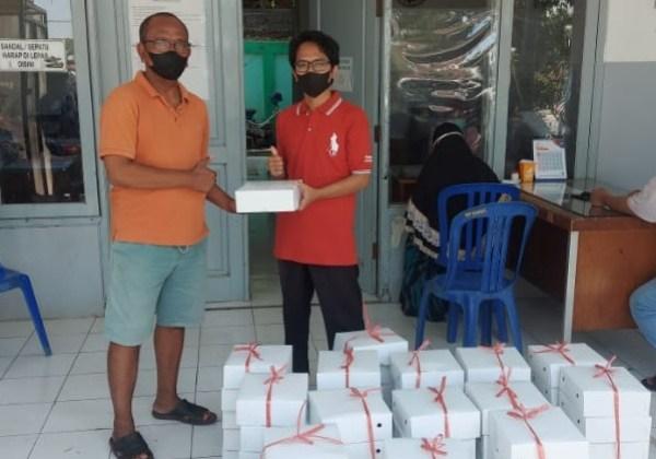 Sade saat memberikan bantuan nasi kotak kepada para petugas dan relawan di pemakaman keputih
