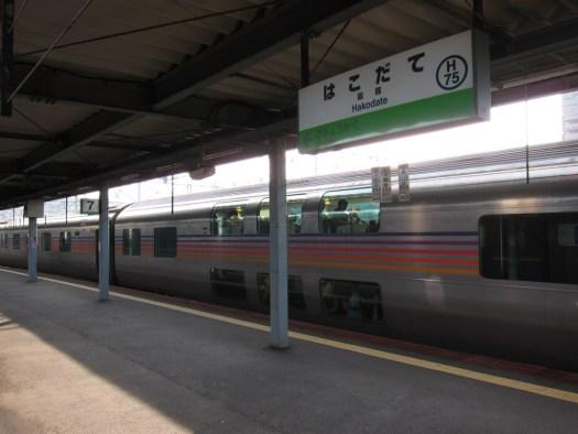 函館駅カシオペア停車中