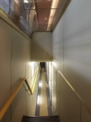 100系168形式新幹線「二階建て食堂車」通路