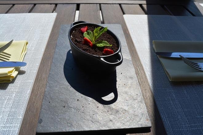 chocolate muose with strawberyes