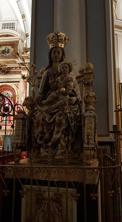 statuia sfintei fecioare maria de la catedrala din valencia