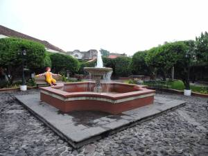 DSCN2881 courtyard at the Antigua McD's