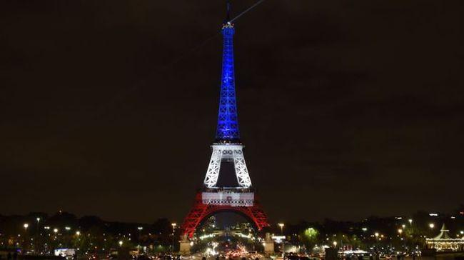 la-tour-eiffel-aux-couleurs-du-drapeau-francais-en-hommage-aux-victimes-des-attentats-de-paris-le-16-novembre-2015_54645_