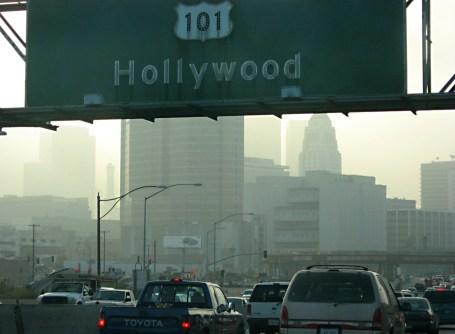 """Les embouteillages à Los Angeles. Nous pouvons voir le """"smog"""", dû à la pollution."""