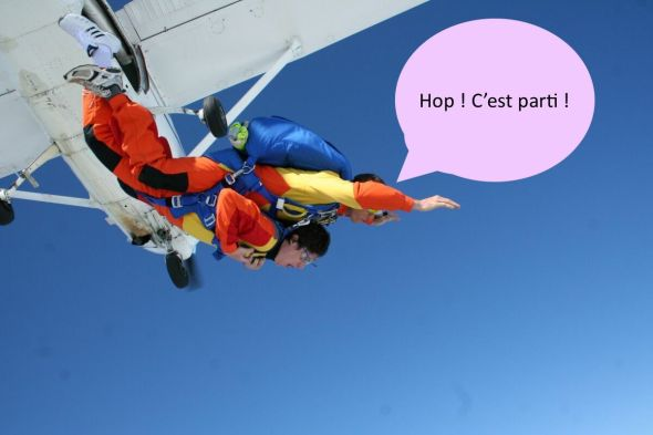 Aérodrome_de_Lessay_avec_une_sortie_d'avion_saut_en_parachute_tandem