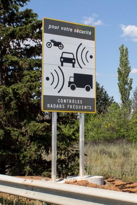 Panneau qui indique la présence d'un radar automatique.
