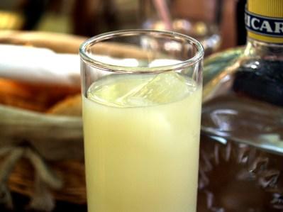 Le pastis est une boisson anisée souvent servie à l'apéritif.