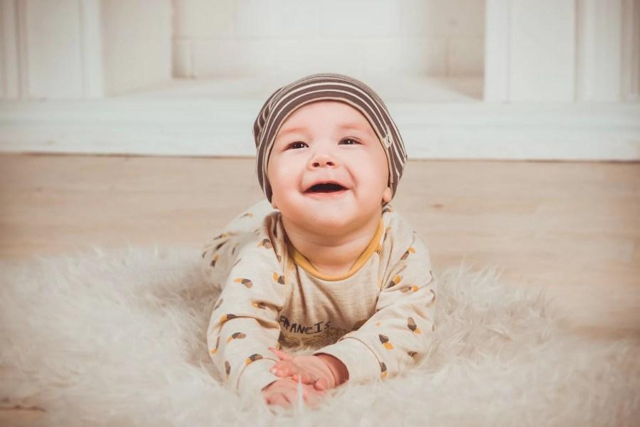 Bébé qui rampe sur un tapis