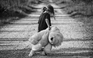 petite fille partant avec une immense peluche