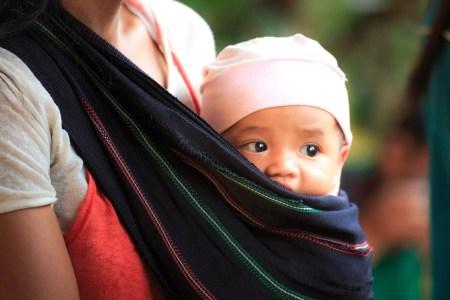 bébé écharpe portage