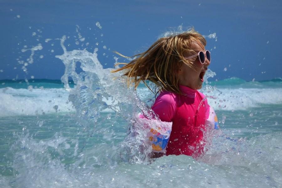 enfant nage mer