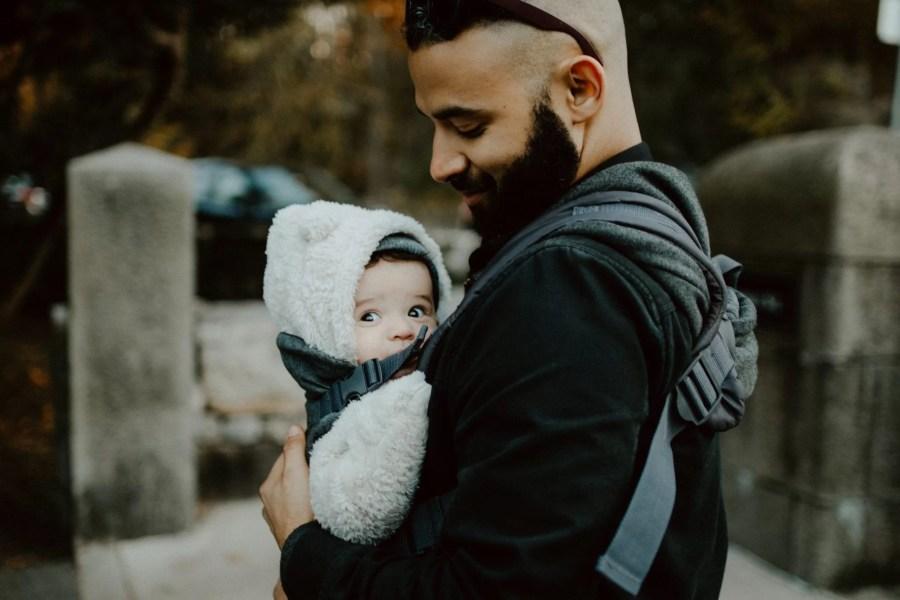 bébé qui fait son rot dans le porte-bébé