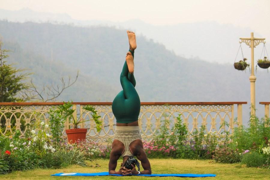femme faisant posture de yoga