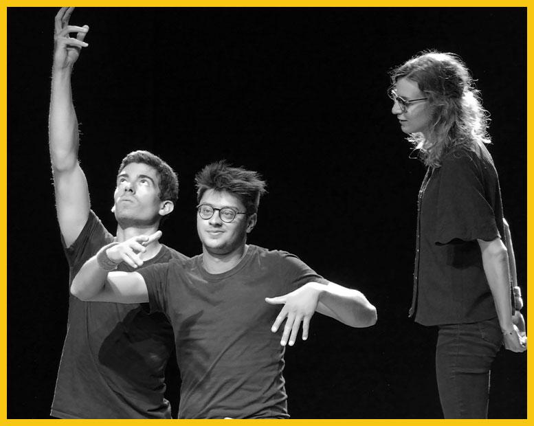 3 comédiens improvisent sur scène.