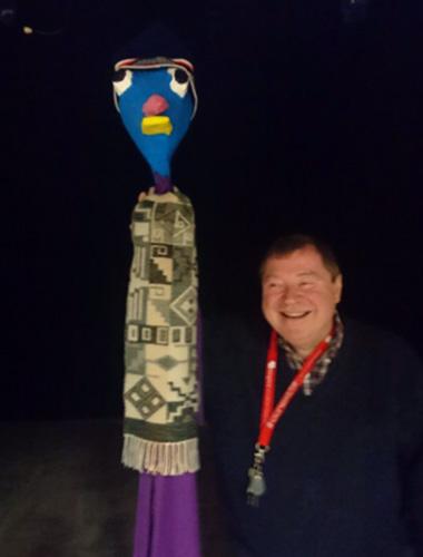 Jean-François Nowakowski, créateur de la compagnie LA CRIC, en compagnie de M. Blabla, mascotte de sa salle de spectacle La MAVA.