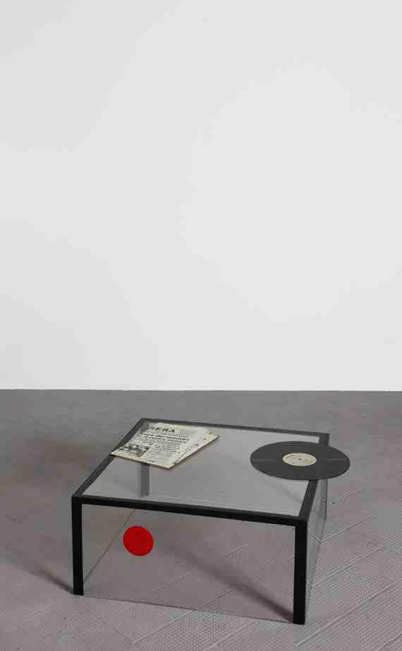 Tavolino con disco e giornale