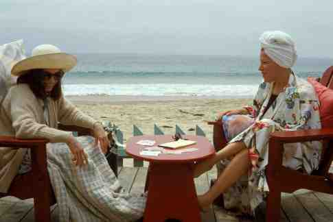 Bette Midler and Barbara Hershey are best friends in Beaches