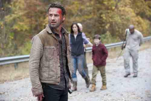 Walking Dead S02E13 group on road