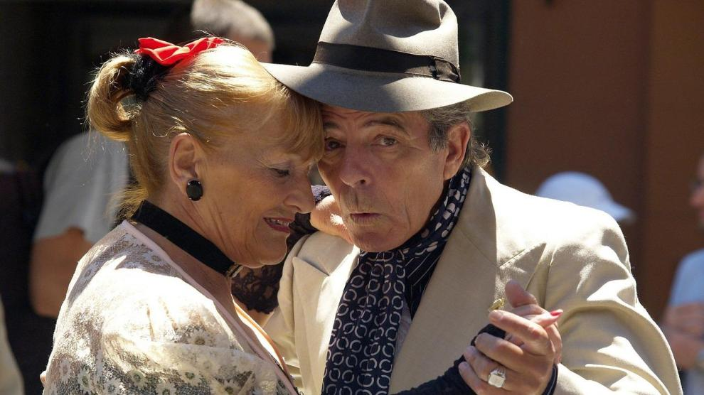 B OLD COUPLES AND SEX - Sex Still Matters to Many Seniors, Survey Finds