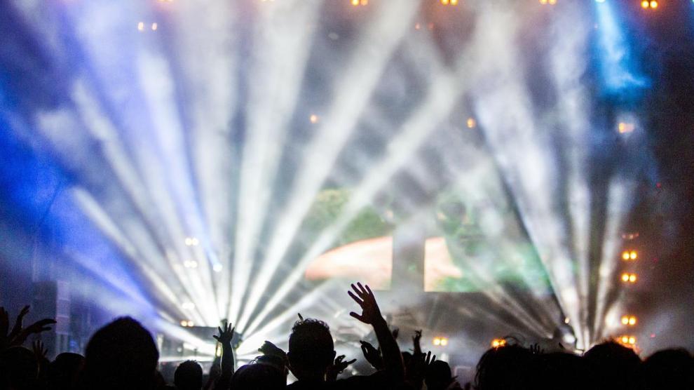 concert 336695 1280 - El consumo de alcohol podría empeorar la pérdida auditiva durante los conciertos ruidosos