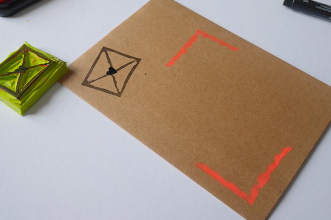 Graver tampon pour embellir enveloppe - Calligraphie