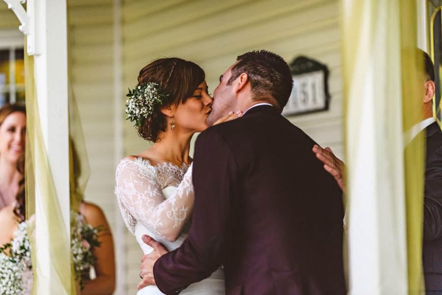 first kiss at niagara backyard wedding