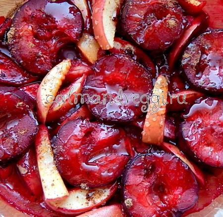 запеченные сливы с яблоками и сиропом