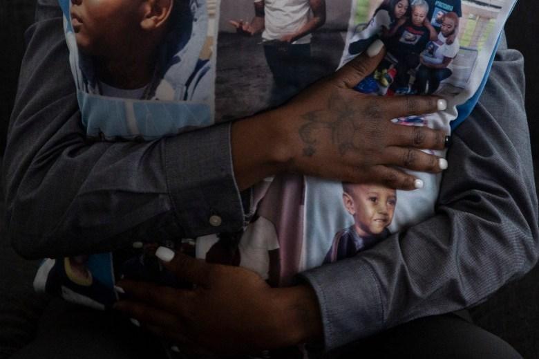 """Maraston dice que su hijo, que fue asesinado cuando acababa de cumplir 21 años, """"era un gran niño y lo extraño mucho"""". Foto de Shelby Tauber para CalMatters"""