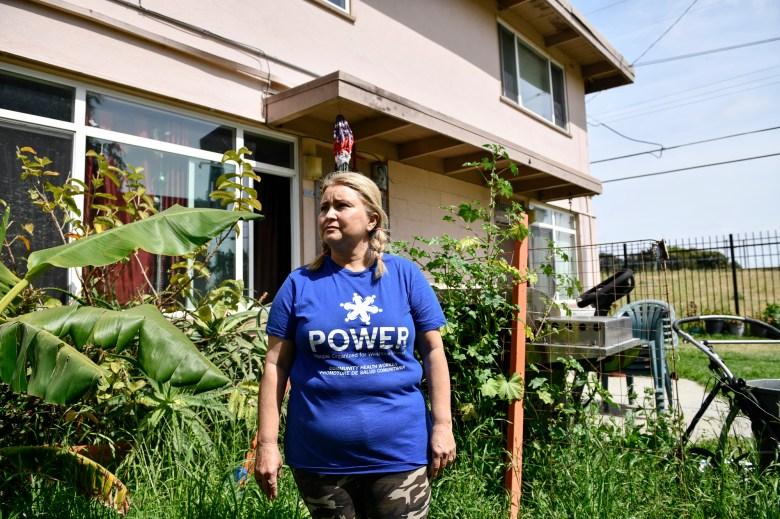 Daisy Vega, presidenta del consejo asesor de residentes del complejo de viviendas públicas Mar Vista Gardens, posa para un retrato en su patio delantero el 14 de abril de 2021. Foto de Pablo Unzeuta para CalMatters