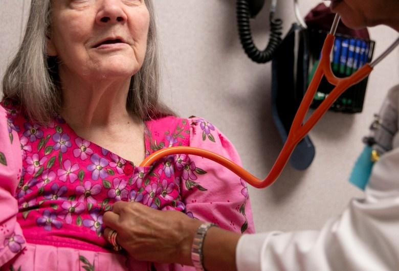 Una enfermera practicante examina a un paciente anciano en una clínica en Guerneville en febrero de 2020. Los médicos temen que una demora en la atención médica preventiva causada por la pandemia pueda provocar una afluencia de condiciones de salud no tratadas. Foto de Anne Wernikoff para CalMatters