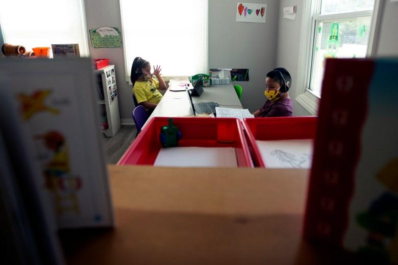 Los niños de la guardería de Silvia realizan tareas escolares en Van Nuys el 9 de abril de 2021 foto de Shae Hammond para CalMatters