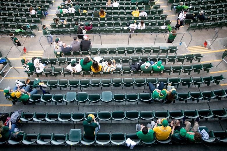 """Los aficionados se sientan en """"grupos"""" de dos o cuatro durante el juego para mantener suficiente espacio entre los grupos. Foto de Anne Wernikoff, CalMatters"""