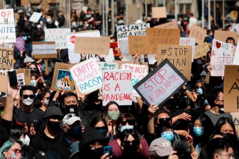 """Los manifestantes asisten al """"#StopAsianHate Community Rally"""" en la Plaza del Ayuntamiento de San José en el centro de San José el 21 de marzo de 2021. Los incidentes recientes han llevado a los legisladores de California a instar a una expansión de las leyes de crímenes de odio de California. Foto de Nhat V. Meyer, Bay Area News Group"""