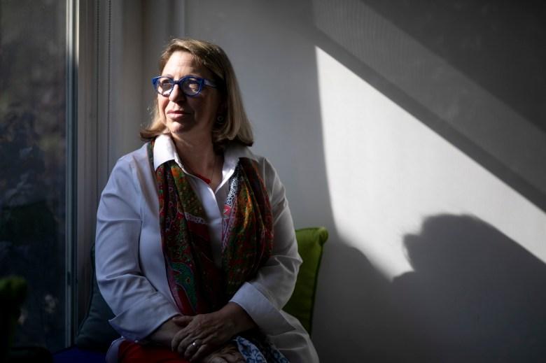 Julia Weber, quien trabaja en temas de políticas para el Centro de Leyes de Giffords para prevenir la violencia armada, fotografiada en su casa en San Francisco el 19 de julio de 2021. Foto de Anne Wernikoff, CalMatters