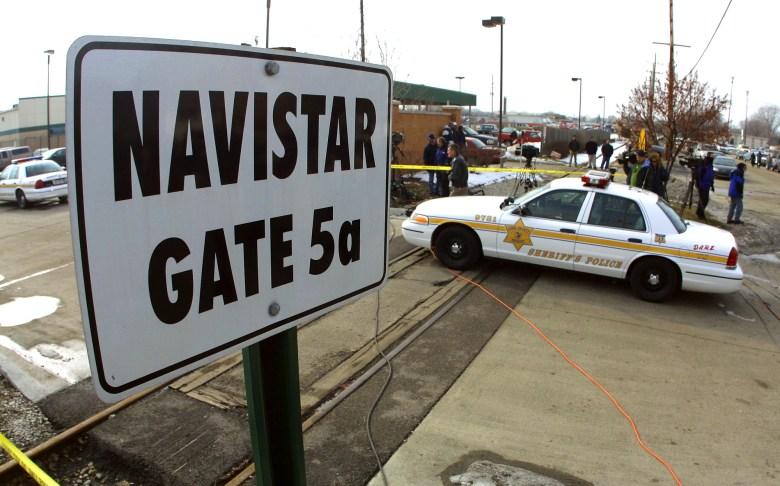 Un coche de policía guarda una entrada a la planta de motores de Navistar International, donde las autoridades dicen que un tiroteo en el lugar de trabajo cobró cinco vidas el 5 de febrero de 2001 en Melrose Park, IL. Un hombre armado que se cree que era un ex empleado mató a cinco personas, incluido él mismo, e hirió al menos a otras cuatro después de entrar a la planta con un rifle de asalto AK-47 y abrir fuego. Foto de Tim Boyle, Newsmakers a través de Getty Images