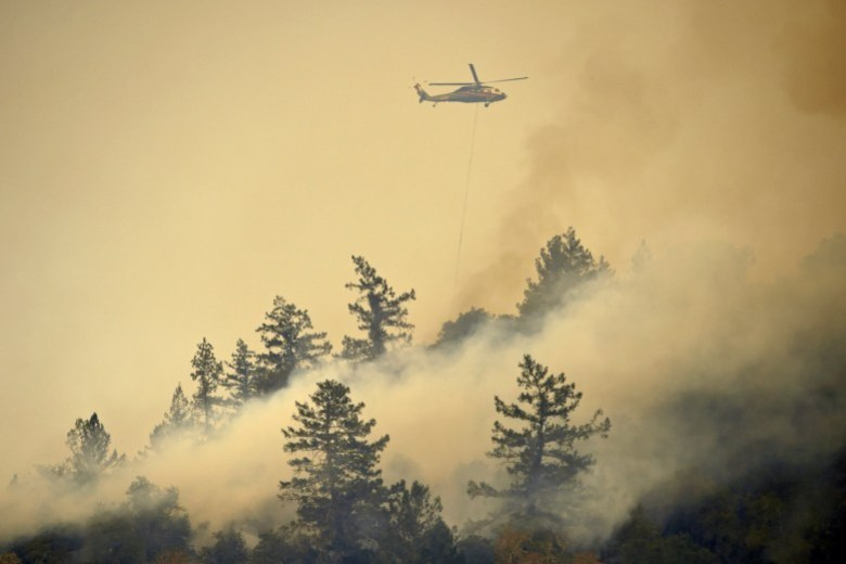 Un helicóptero deja caer agua mientras lucha contra el Glass Fire en St. Helena el 26 de septiembre de 2020. Foto de Jose Carlos Fajardo, Bay Area News Group