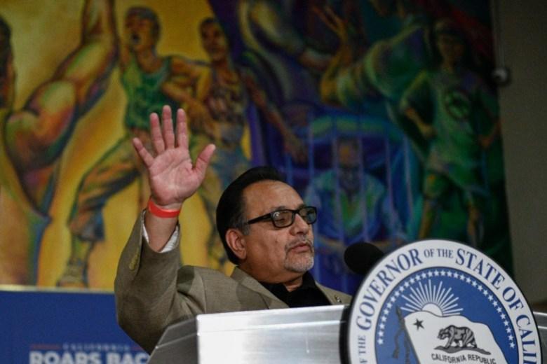 Ron Herrera, director ejecutivo del Caucus Hispano, pronuncia un discurso durante un mitin por el gobernador Gavin Newsom en El Sereno, el 13 de julio de 2021. Foto de Pablo Unzueta para CalMatters