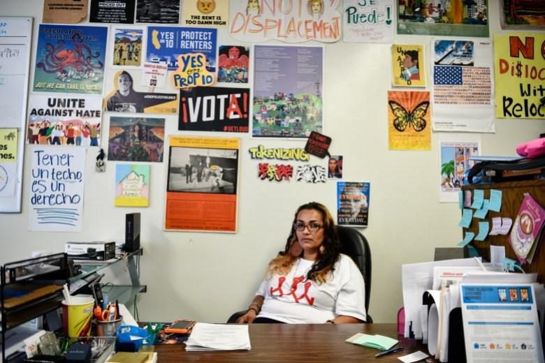 """Cynthia Macias, presidenta de la junta de Housing Long Beach, se sienta dentro de su oficina en Long Beach, el 23 de julio de 2021. """"No lo hago por el dinero, lo hago porque quiero ayudar a la gente"""", dijo Macías. Foto de Pablo Unzueta para CalMatters"""