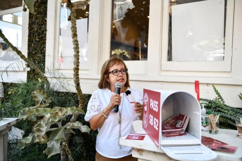La senadora María Elena Durazo, coautora de la SB62, la Ley de Protección de los Trabajadores de la Confección, habla con los apoyos durante un evento en Venecia el 12 de agosto de 2021. Foto de Pablo Unzueta para CalMatters
