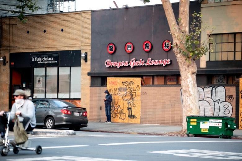 El restaurante Dragon Gate Lounge de Oakland permanece cerrado el 1 de septiembre de 2020. Desde entonces, el establecimiento ha reabierto sus puertas. La foto de Anne Wernikoff para CalMatters