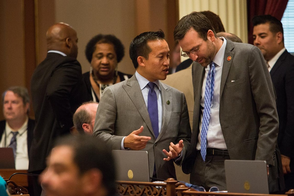 Democratic Assemblymen David Chiu of San Francisco, left, and Sen. Allen of Redondo Beach in the Senate chambers, September 10, 2015. Photo by Max Whittaker for CalMatters